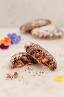 Gros plan de biscuits aux pépites de chocolat et de noix sur fond blanc