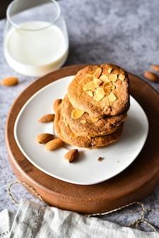 Gros plan sur les biscuits à l'avoine faits maison avec des noix