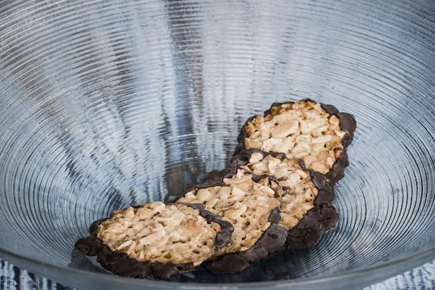 Gros plan de biscuits florentins fraîchement cuits dans un bol en verre