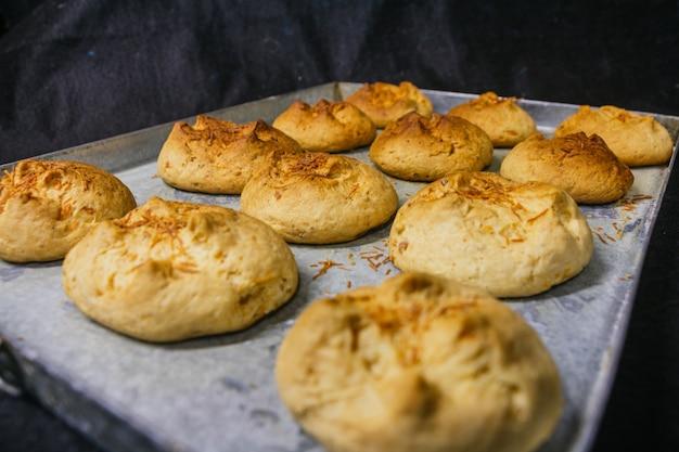 Gros plan de biscuits fraîchement sortis du four