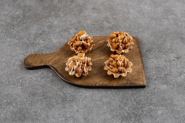 Gros plan de biscuits frais faits maison sur une planche à découper en bois