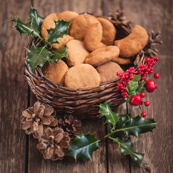 Gros plan de biscuits de noël dans le panier