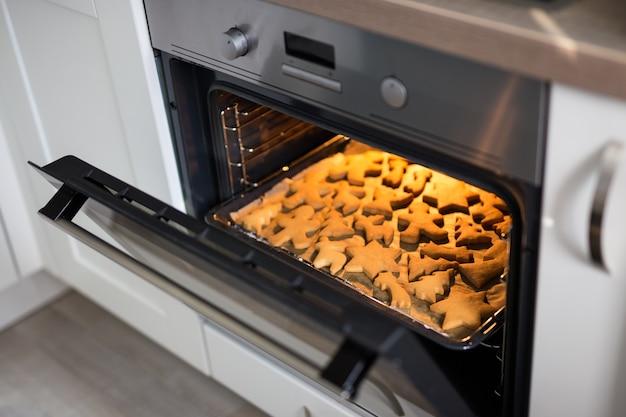 Gros plan sur des biscuits ou des pains d'épice dans un four moderne ouvert