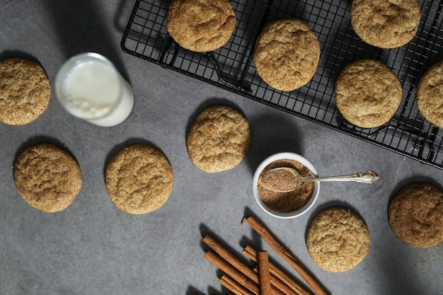 Gros plan de biscuits snickerdoodle avec du lait
