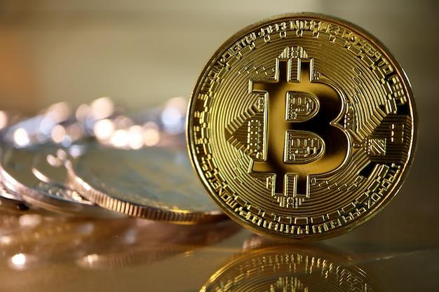 Gros plan bitcoin doré avec reflet et ton chaud