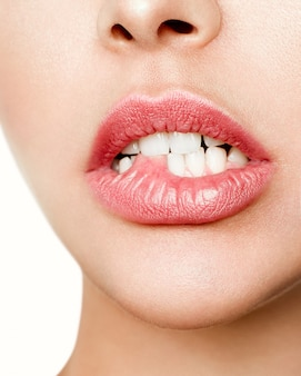 Gros plan, blanc, dents, femme, mordre, lèvres