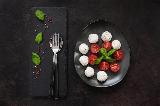 Gros plan, blanc, mozzarella, boule, tomates cerises rouges