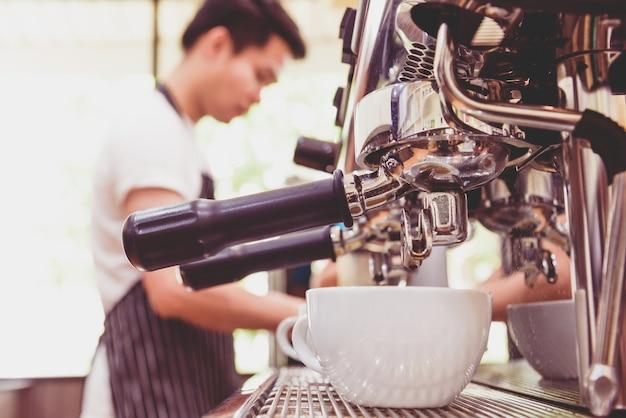 Gros plan, de, blanc, tasse café, et, café, machine, faire, café, dans, café-restaurant