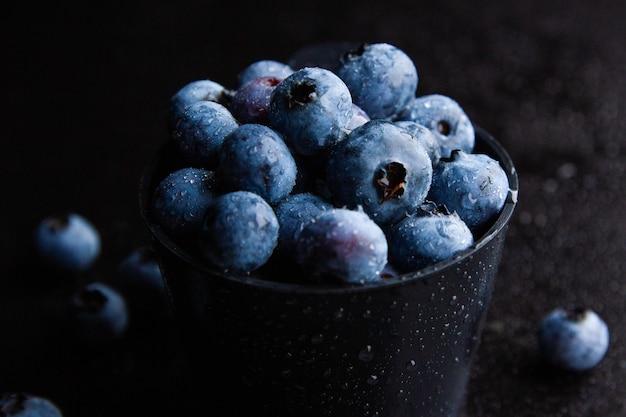Gros plan de bleuets dans un bol noir