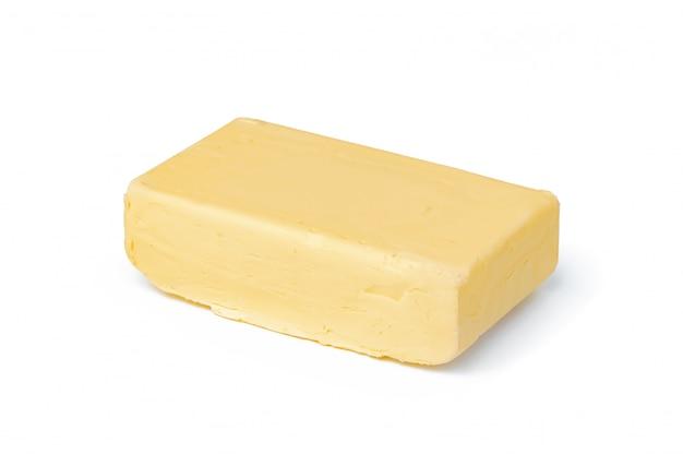 Gros plan sur bloc de beurre isolé