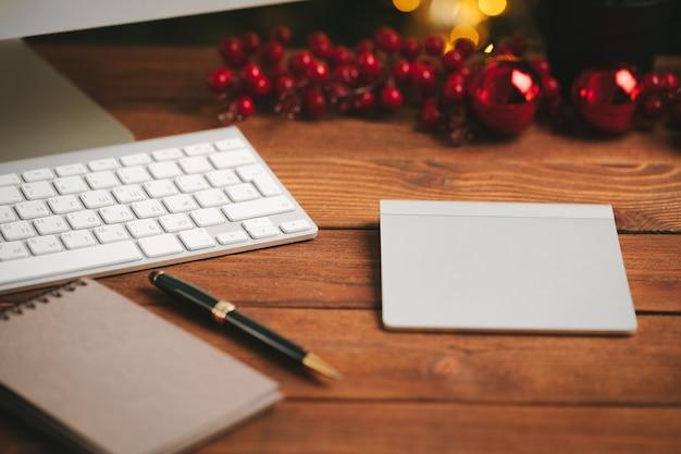 Gros plan d'un bloc-notes ouvert avec un stylo sur une table en bois