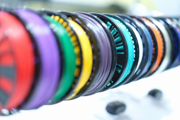 Gros plan des bobines avec des fils en plastique multicolores pour les imprimantes d