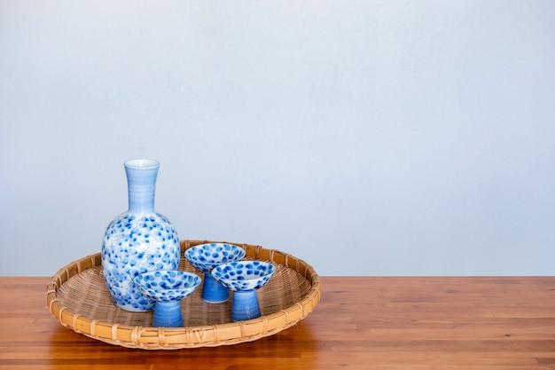 Gros plan de boire du saké japonais sur un fond blanc.