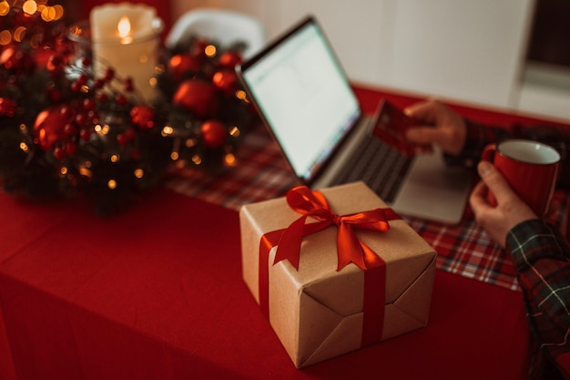 Gros plan sur boîte-cadeau de noël emballé de manière festive