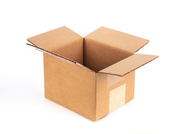 Gros plan de boîte en carton isolé sur blanc.