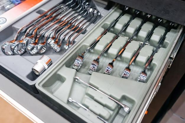 Gros plan de la boîte à outils sur roues avec plateau ouvert