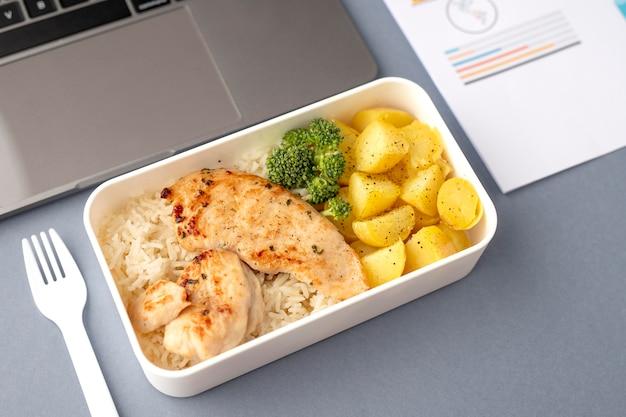 Gros plan sur des boîtes à lunch avec de la nourriture délicieuse