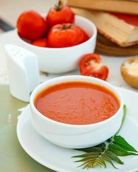 Gros plan d'un bol de soupe aux tomates