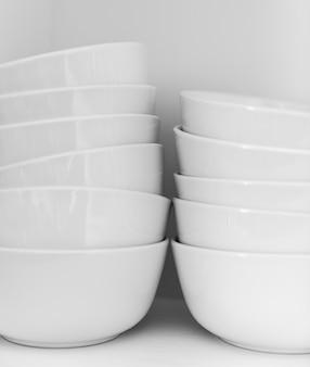 Gros plan de bols blancs