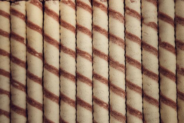 Gros plan de bonbons au chocolat au lait rangés