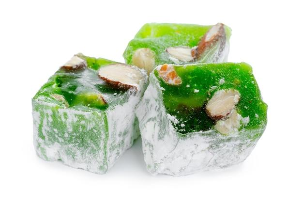 Gros plan de bonbons délice turc vert isolé sur fond blanc