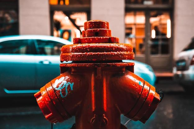 Gros plan de la bouche d'incendie rouge dans la rue