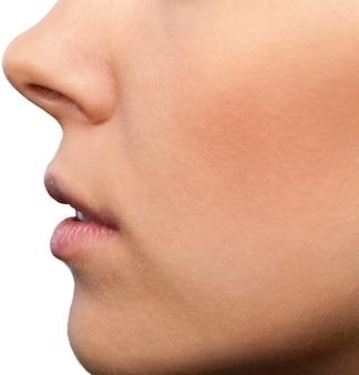 Gros plan sur la bouche et le nez d'une femme, vue latérale