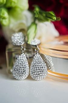 Gros plan de boucles d'oreilles en diamant. gros plan, espace pour votre texte