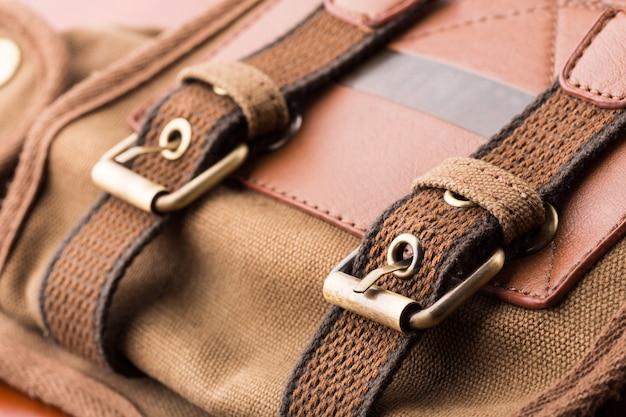 Gros plan des boucles de sac à dos marron
