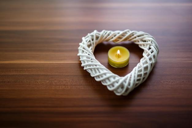 Gros plan d'une bougie avec un cœur pour la saint-valentin