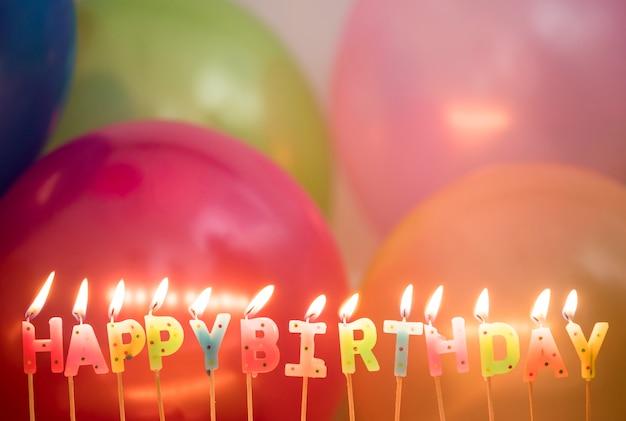 Gros plan de bougies d'anniversaire allumé concept de voeux d'anniversaire