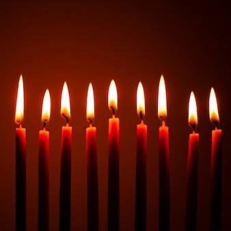 Gros plan des bougies de hanouka en feu