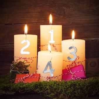 Gros plan de bougies jaunes avec des chiffres dessus et un fond en bois derrière