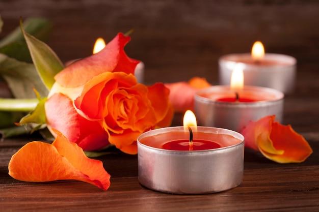 Gros plan de bougies de noël rouge allumé sur une surface en bois