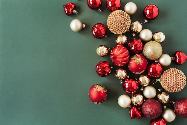 Gros plan de boules de boules de noël rouges et or
