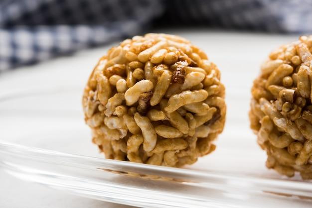 Gros plan sur des boulettes de riz soufflées au caramel ou murmura laddu ou ladoo, régime indien sain. mise au point sélective
