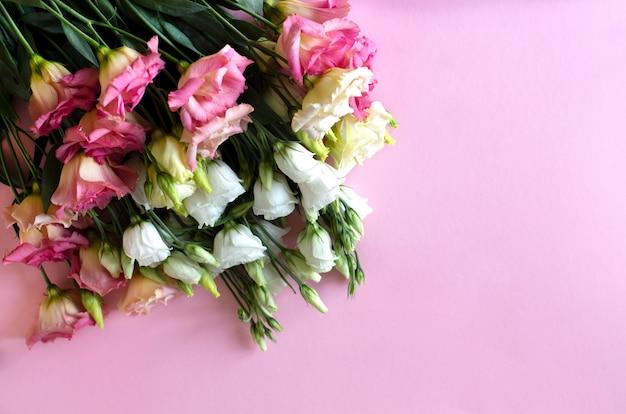 Gros plan, de, bouqet, beau, fleurs eustoma rose et blanc