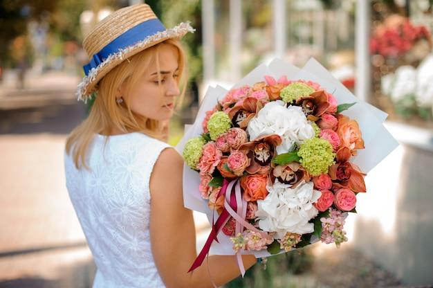 Gros plan d'un bouquet coloré dans les mains d'une fille