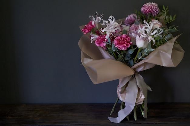Gros plan d'un bouquet décoré dans un style vintage sur un fond sombre