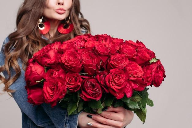 Gros plan d'un bouquet énorme et élégant de roses rouges