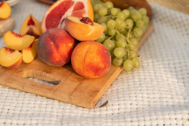 Gros plan d'un bouquet de fruits frais sur une planche à découper