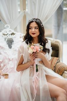 Un gros plan de bouquet de mariage magnifique et sophistiqué tient la mariée dans ses mains. bouquet de mariage.