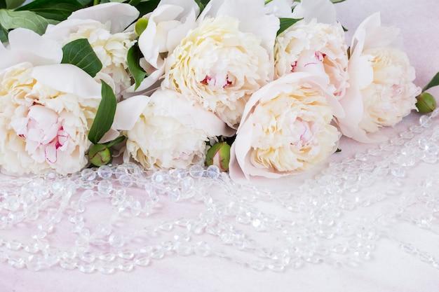 Gros plan bouquet de pivoines blanches et perles transparentes