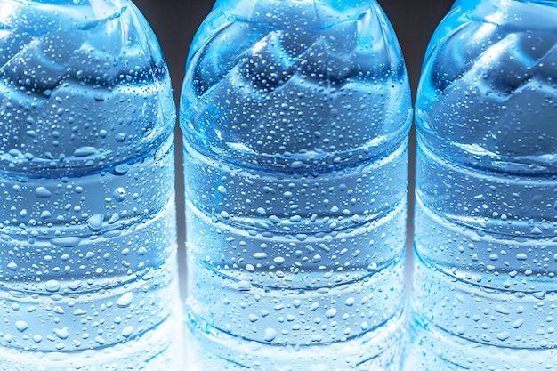 Gros plan d'une bouteille d'eau gazeuse avec de la condensation