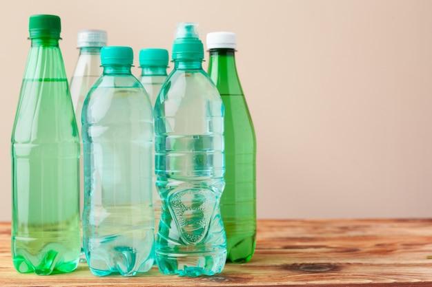 Gros plan d'une bouteilles en plastique à la lumière
