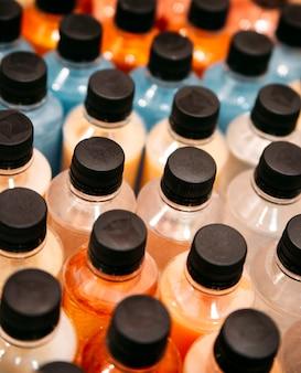 Gros plan de bouteilles en plastique