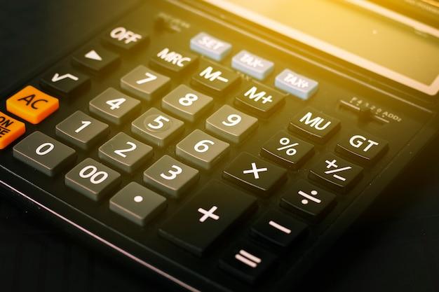 Gros plan bouton calculatrice, calculatrice sur table avec lumière flare