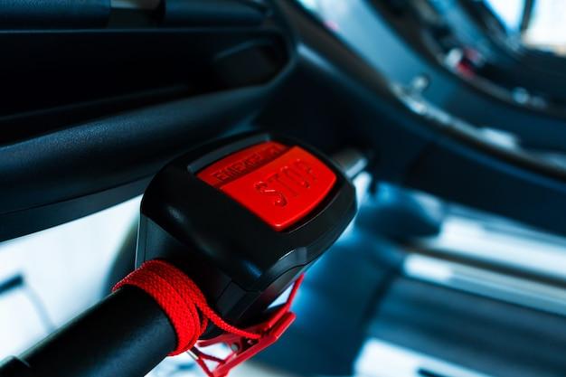 Gros plan, bouton rouge avec l'arrêt d'inscription. sécurité sur tapis roulant.