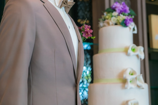 Gros plan de la boutonnière du marié.