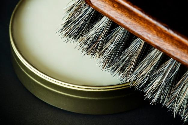 Gros plan de la brosse à chaussures et du vernis